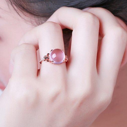 bague-en-opale-rose-portee-pres-du-visage