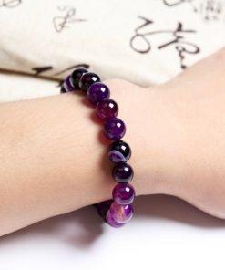 bracelet-amethyste-avec-vertus-en-lithotherapie-porte-au-poignet