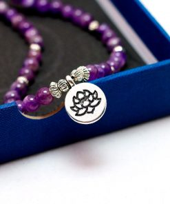 bracelet_mala_bouddhiste_en_amethyste_pose_sur_une_boite
