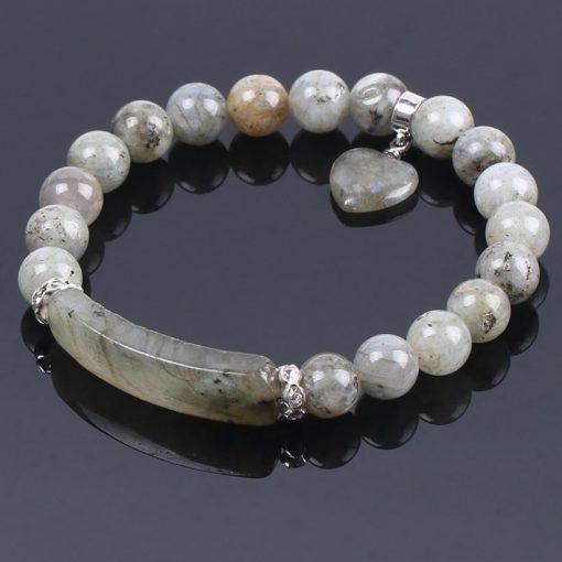 bracelet-en-labradorite-blanche-pour femme-sur-fond-noir-coeur-vers-l-interieur
