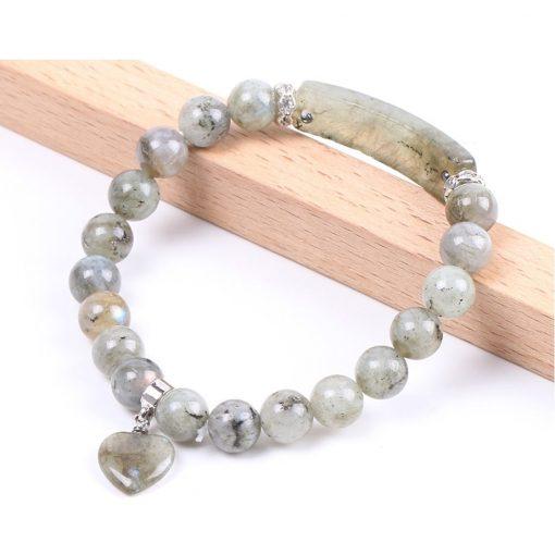 bracelet-en-labradorite-blanche-pour femme-sur-promontoire-en-bois