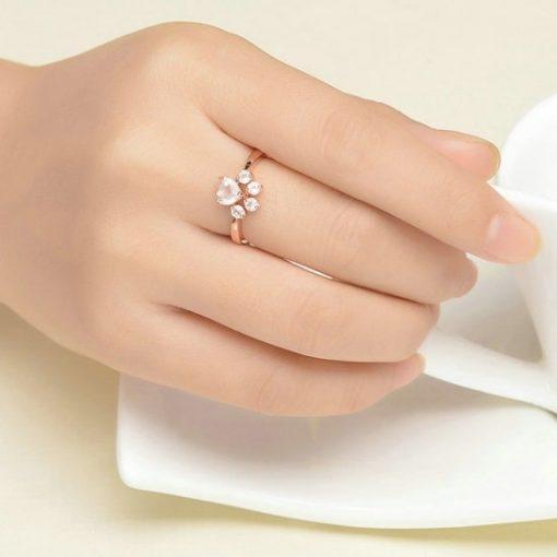 bague-patte-quartz-rose-mise-au-doigt