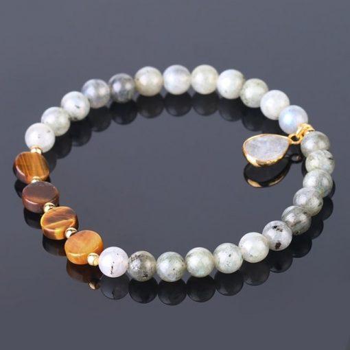 bracelet-labradorite-blanche-oeil-de-tigre-pour-femme-pose-sur-table-noir
