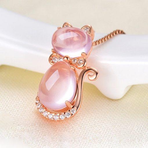 collier-avec-opale-rose-adosse-sur-rebord