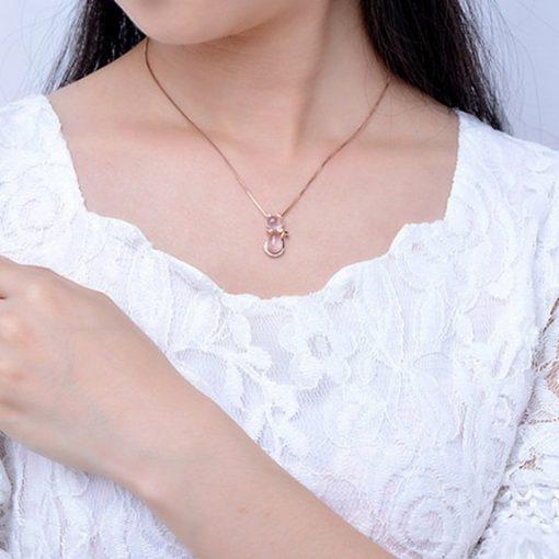 collier-avec-opale-rose-mis-au-cou