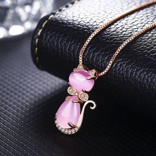 collier-avec-opale-rose-pose-sur-sac
