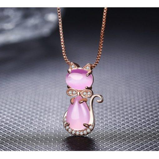 collier-avec-opale-rose-suspendu-sur-fond-noir