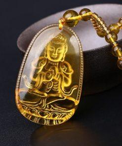 collier-avec-pendentif-de-bouddha-en-citrine-sur-fond-noir