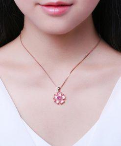 collier-opale-rose-des-andes-mis-au-cou