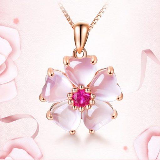 collier-opale-rose-des-andes-sur-fond-de-couleur-avec-roses