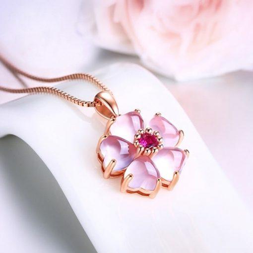 collier-opale-rose-des-andes-sur-promontoir